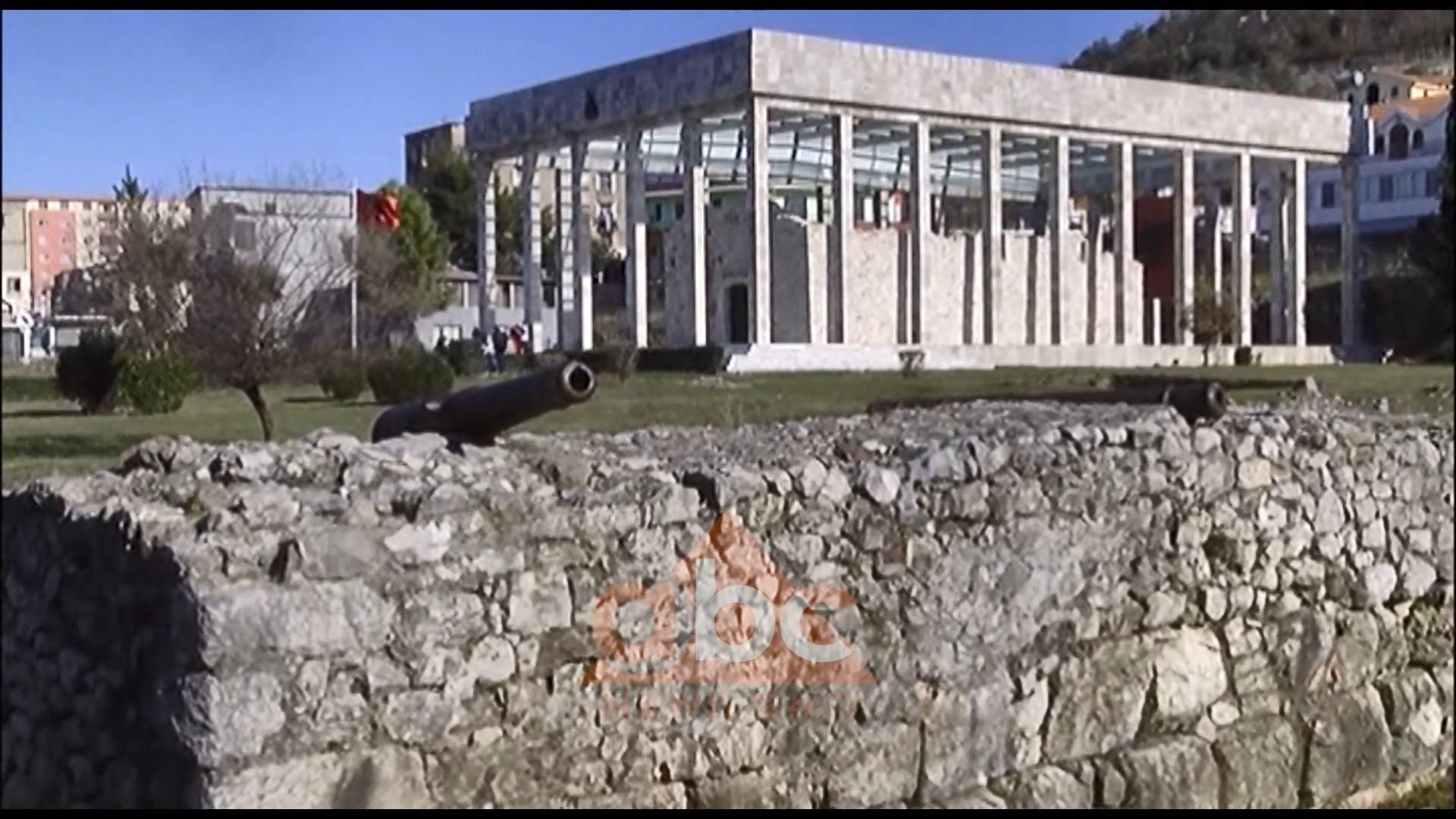 Vazhdon i mbyllur memoriali i Skënderbeut