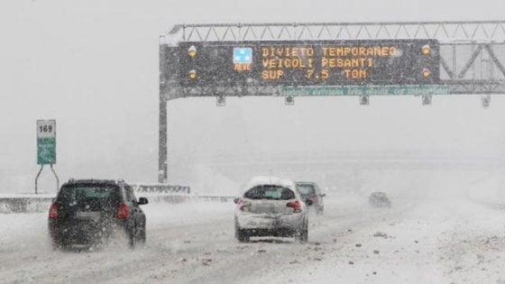 Dëborë në Itali, mijëra automjete të bllokuara