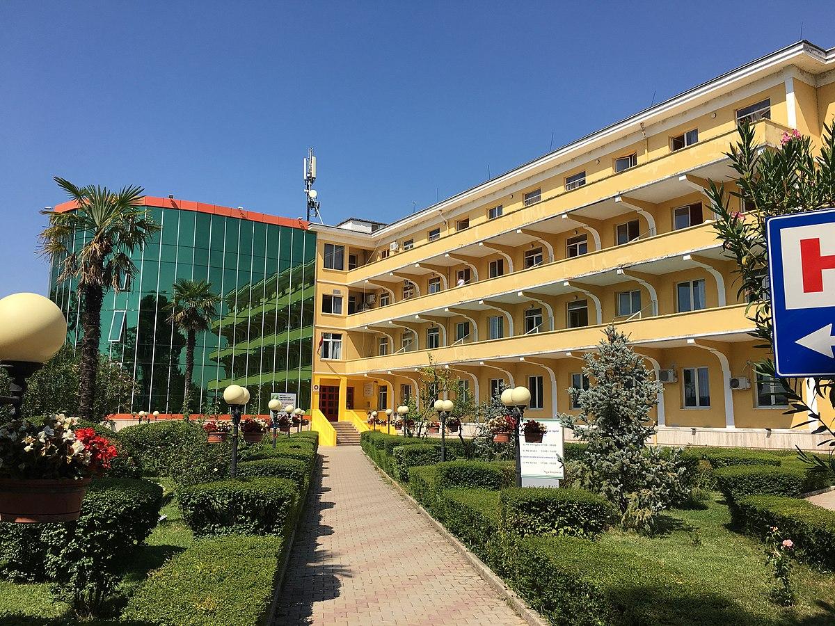 1200px-Spitali_Universitar__Shefqet_Ndroqi__senatorium.jpg