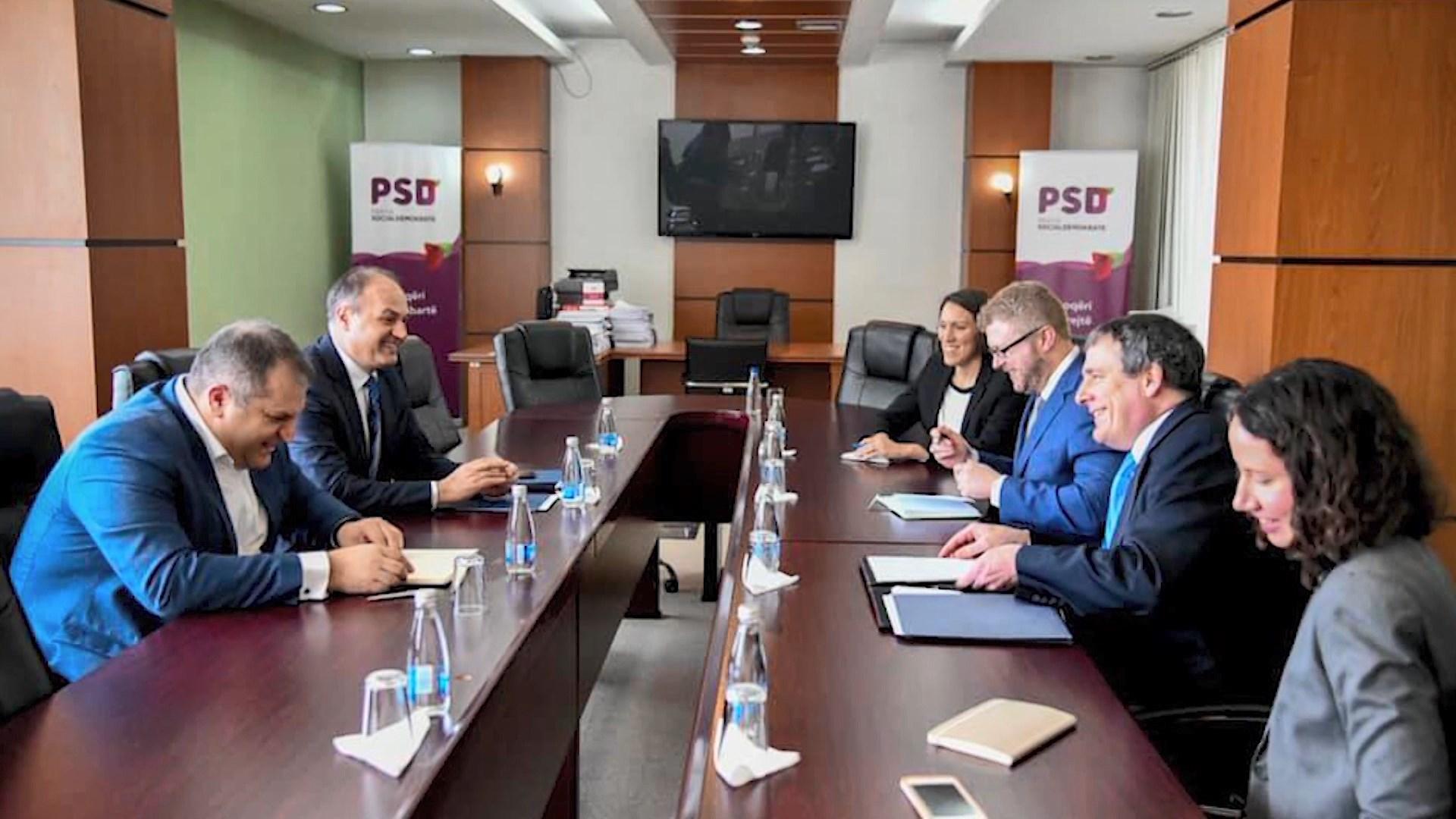 Delegacioni amerikan në Prishtinë takon liderët për marrëveshjen me Serbinë