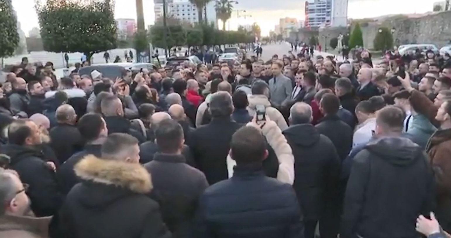 Basha ftesë elbasanllinjëve për protestën e 16 Shkurtit
