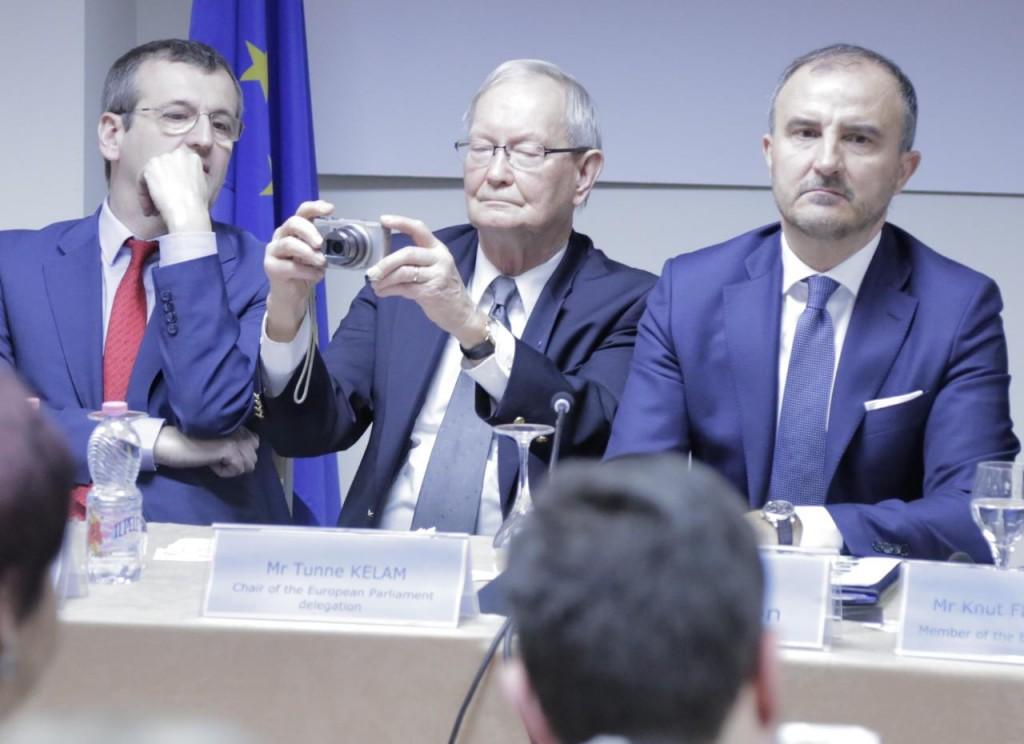 Qeveri tranzitore? Flet kreu i delegacionit të PE