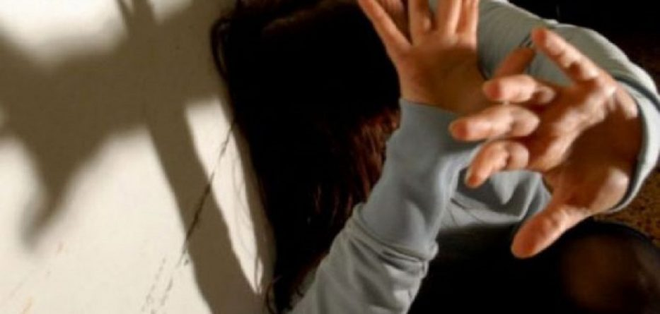 E rëndë në Shkodër, 37 vjeçari rreh dhe tenton të trafikojë bashkëjetuesen me vajzën e mitur
