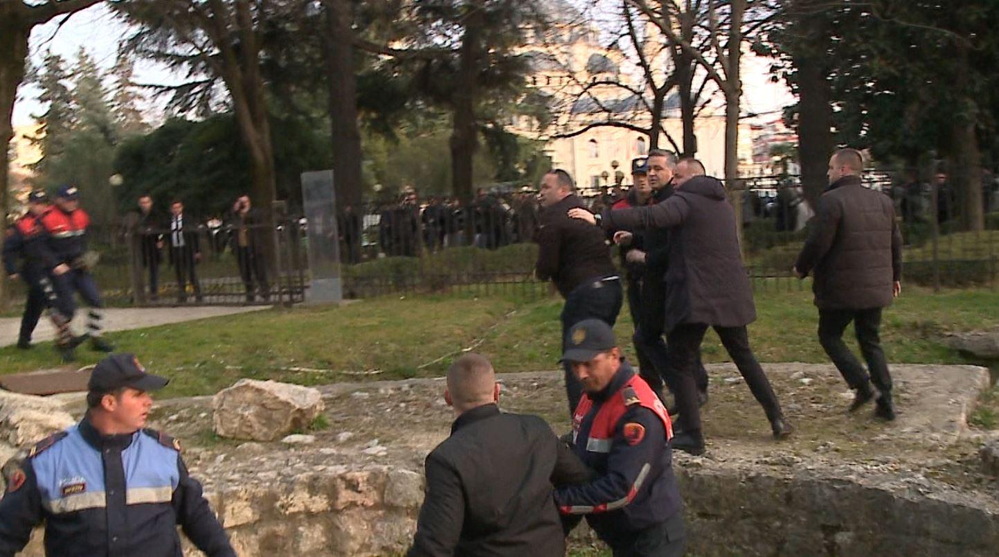 Përballja me protestuesit, Klosi: Ajo është Shqipëria e 1 minuti