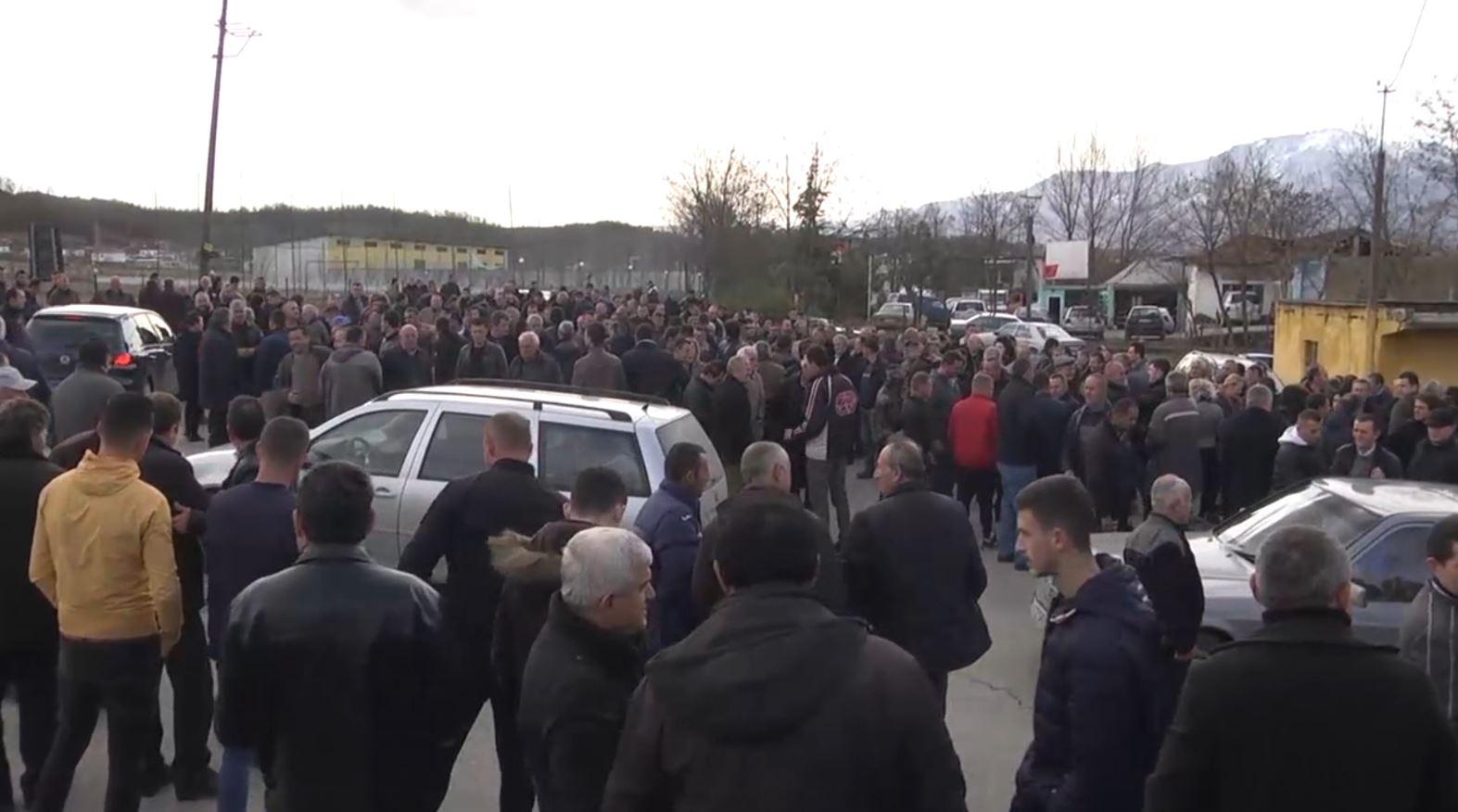 Nisin protestat opozitare, qytetarët bllokojnë kryqëzimin e Urës së Matit