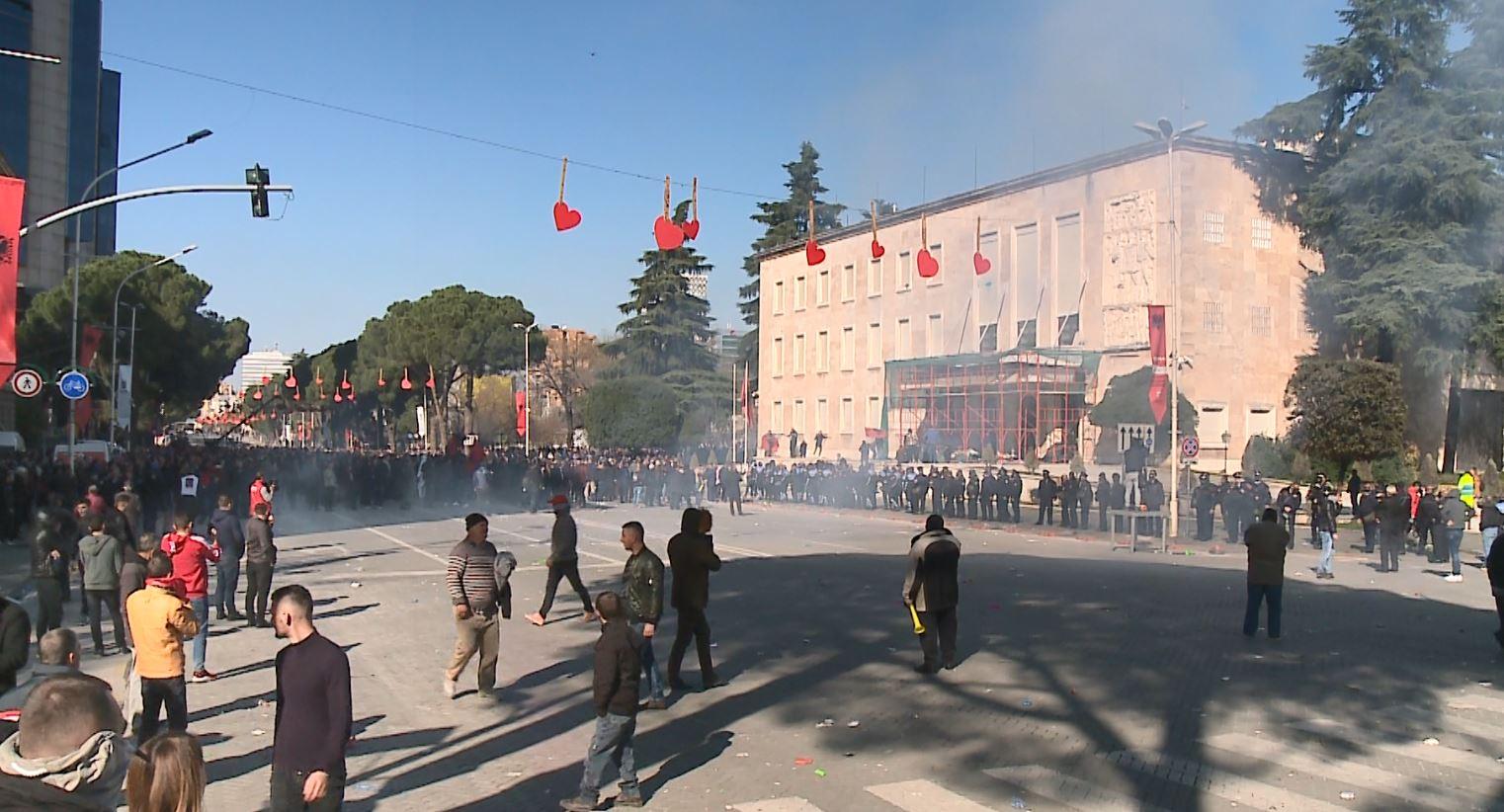 Lufta e protestuesve me policinë, tubimi që nisi me lule dhe u mbyll me flakë