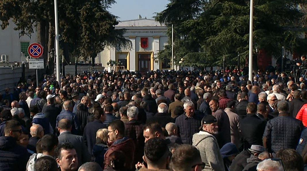 Protesta e opozitës, AKEP u kërkon kompanive celulare të ndërpresin shërbimet