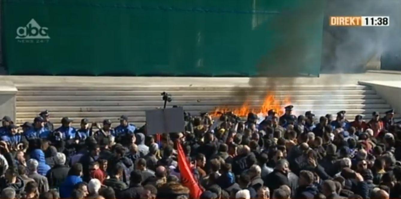 Post protesta e opozitës, policia shoqëron dhjetra persona