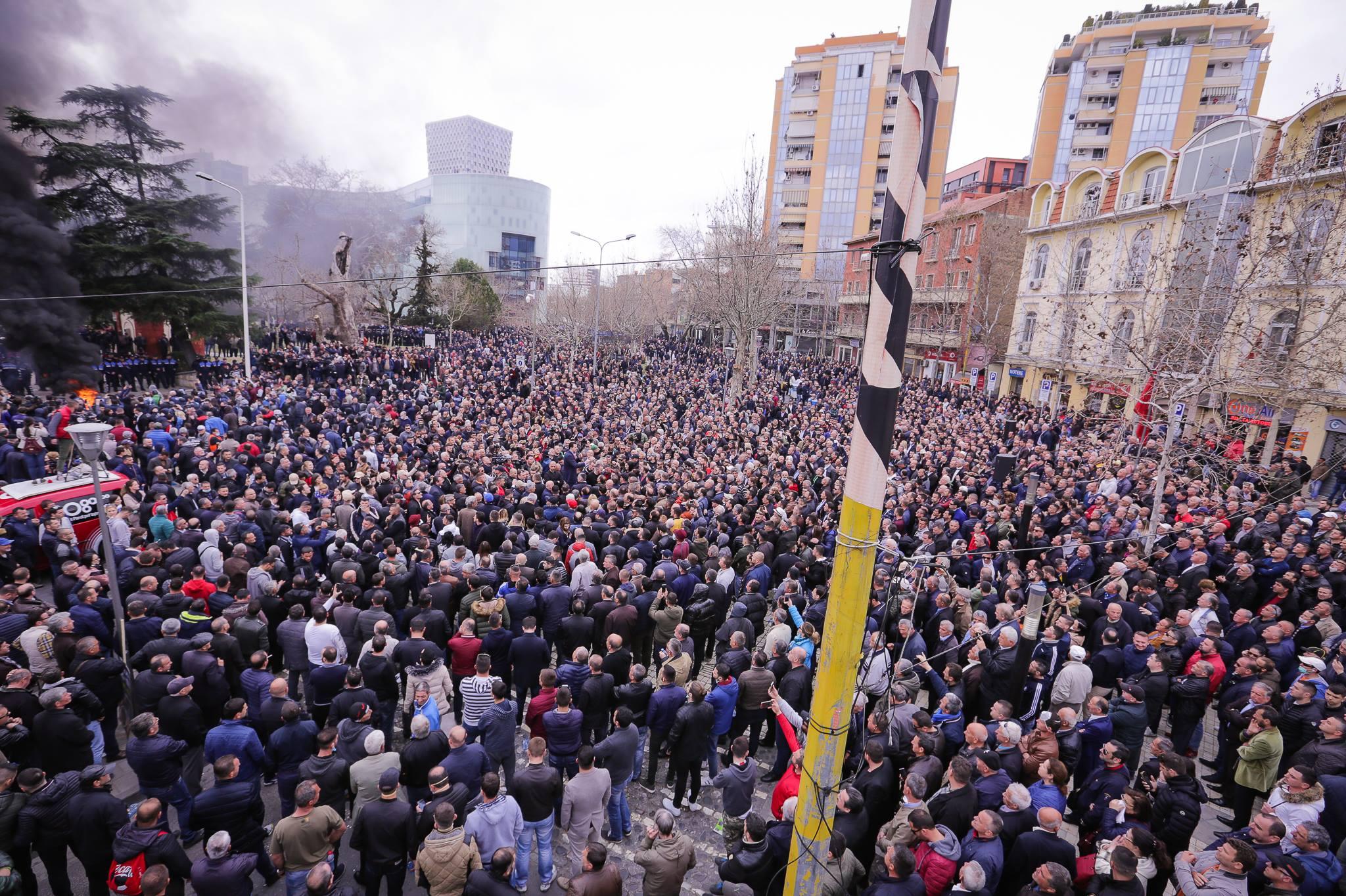 Opozita proteston me djegie gomash e me shashka: Rama ik!