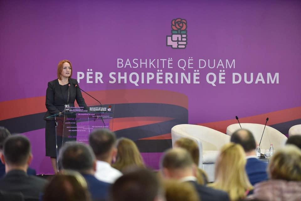 Ministrja Denaj prezanton drejtorëte rinj të Tatimeve dhe Doganave