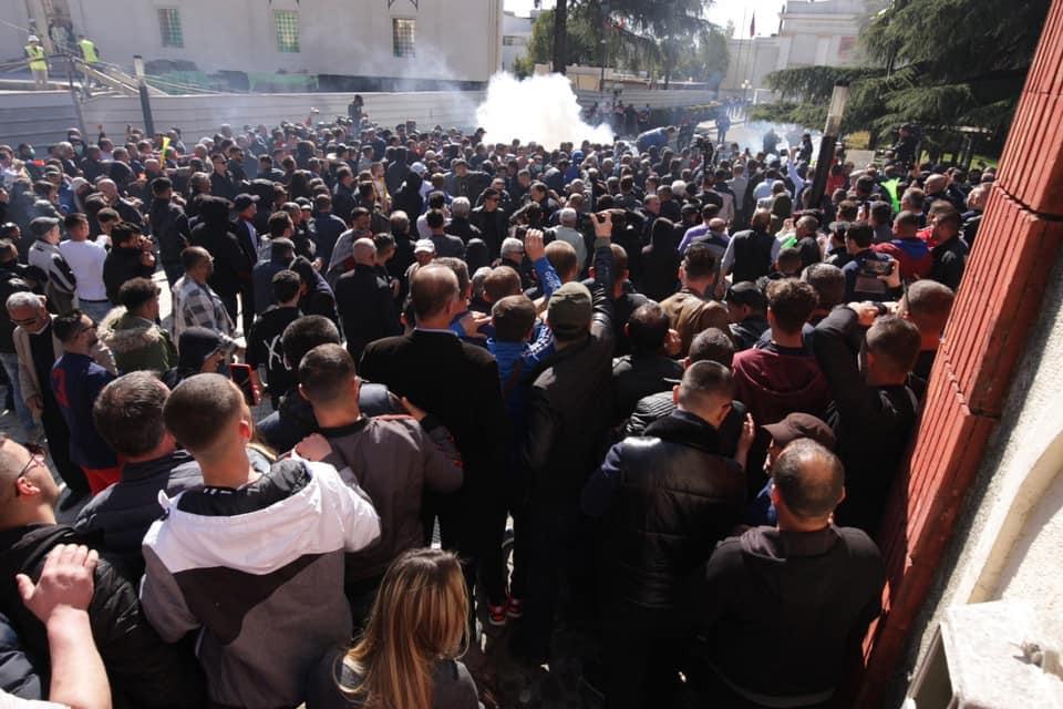Policia: 3 efektivë u lënduan në tubimin para Kuvendit