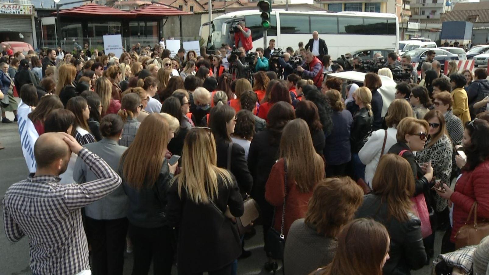 Tetë Marsi në Tiranë, gratë festojnë dhe protestojnë