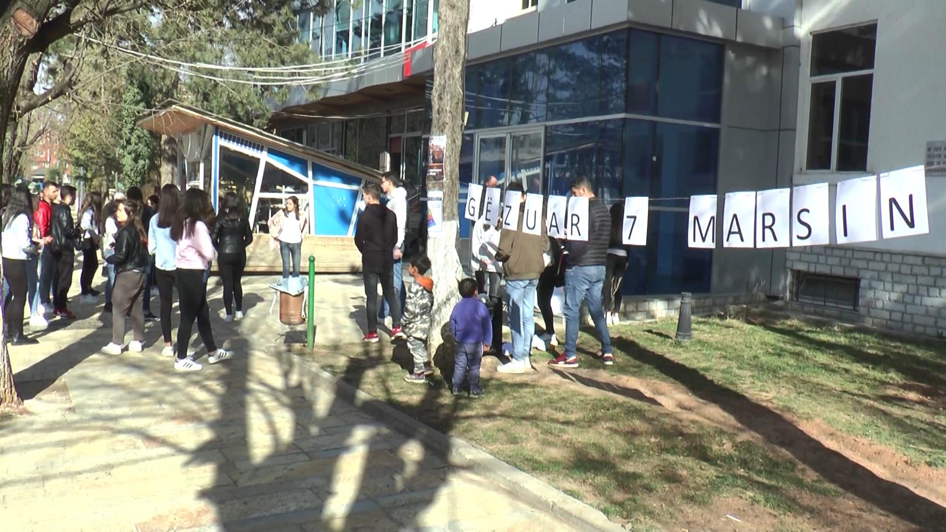 Hiqet mësuesja e anglishtes, maturantët në Dibër protestojnë