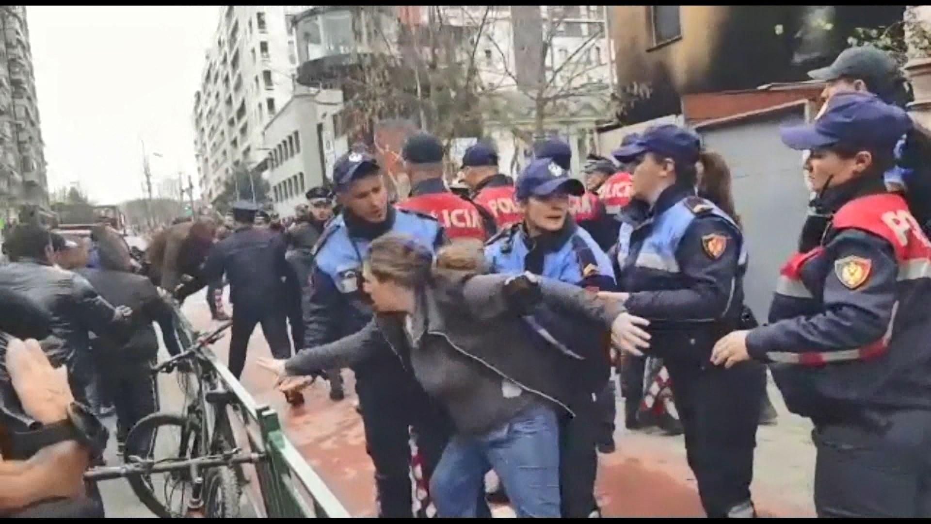 Banorët e një ndërtese dykatëshe kundër prishjes, përplasen me policinë