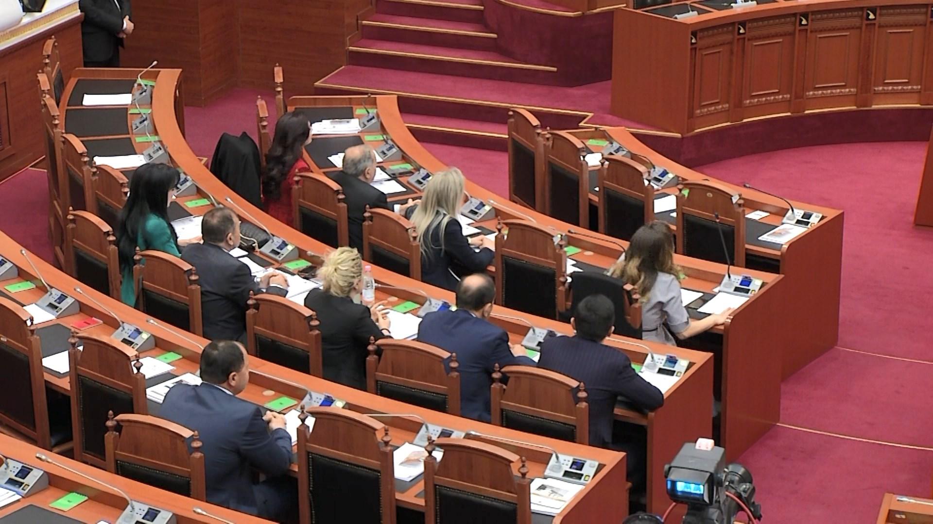 Opozita e re bashkon votat me mazhorancën, miratojnë projektligjet