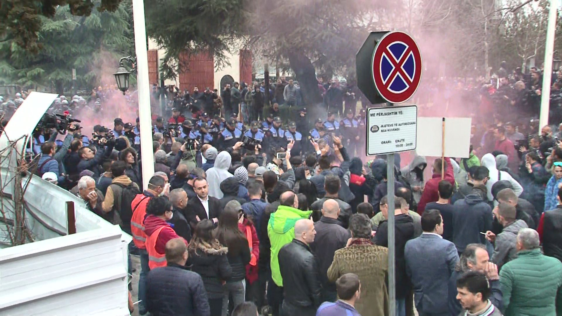 "Opozita proteston para parlamentit nën moton ""Rama ik"""