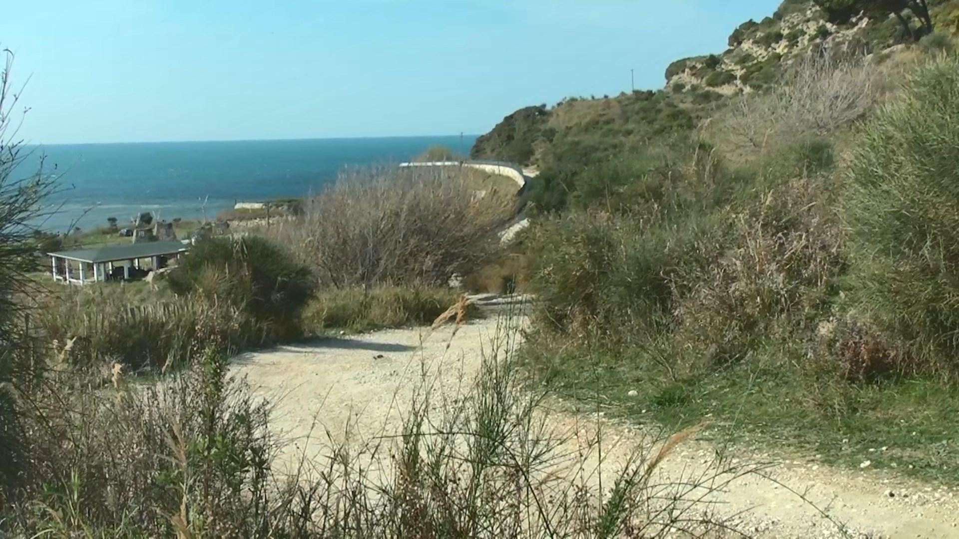 Plazhi i Kallmit, një nga resurset më të mira, por me rrugë të shkatërruar