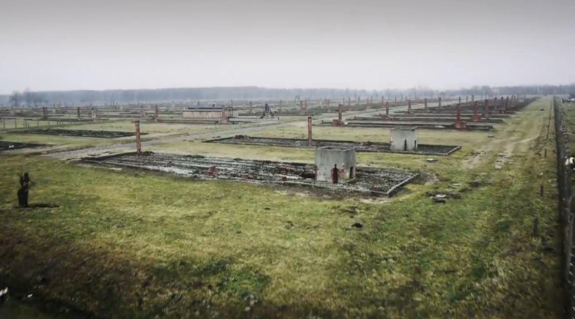 Apeli i muzeut të Auschwitz për vizitorët: Mjaft më me fotografi
