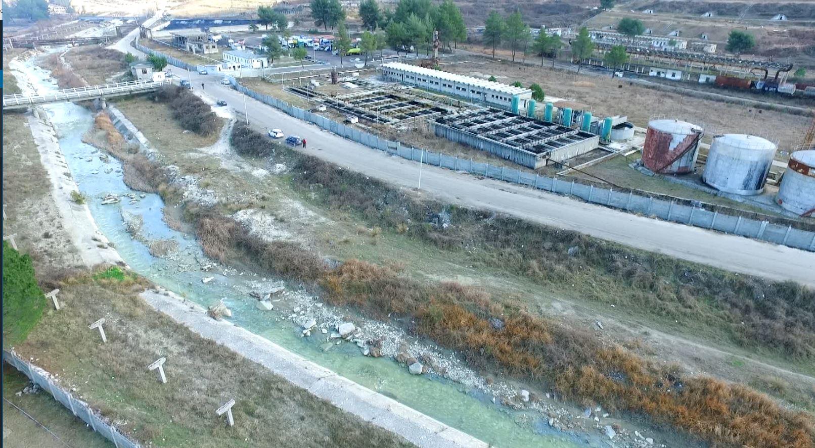 Ndotja e Gjanicës në Fier, zbulohet një tubacion i çarë i Albpetrol