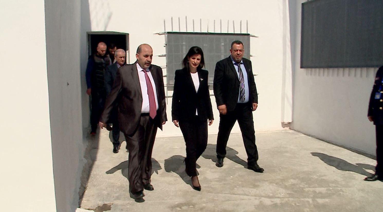 Ministrja Gjonaj, inspekton punimet në Spitalin e Burgjeve