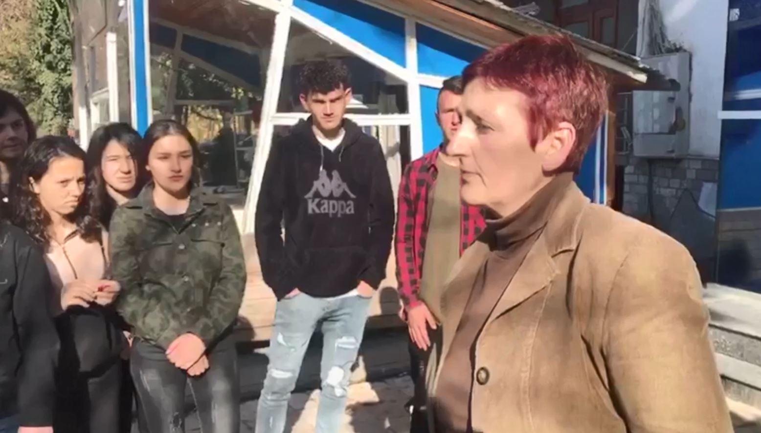 Maturantët në Peshkopi bojkotojnë mësimin, shkak largimi i mësueses