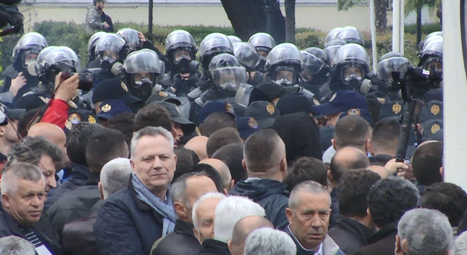 Protesta e opozitës, policia shoqëron rreth 20 persona