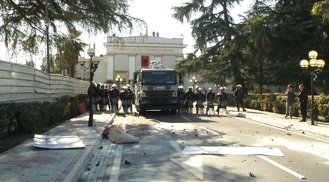 Protesta para parlamentit, Garda dhe policia në gatishmëri
