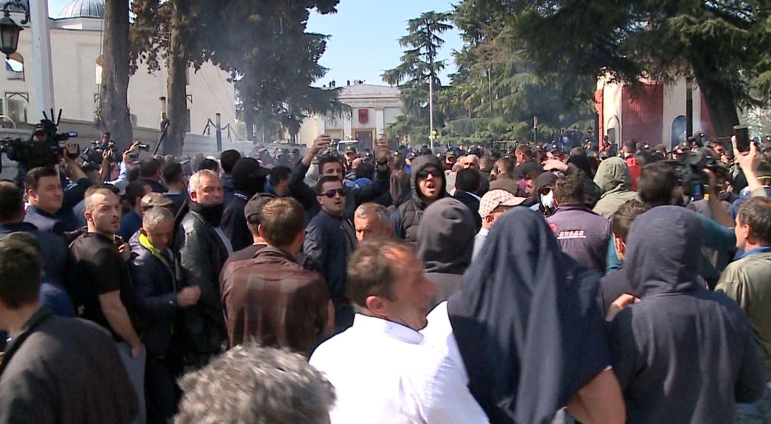 """Tubimi i 21 Marsit, """"arrest me burg"""" për 6 protestues"""
