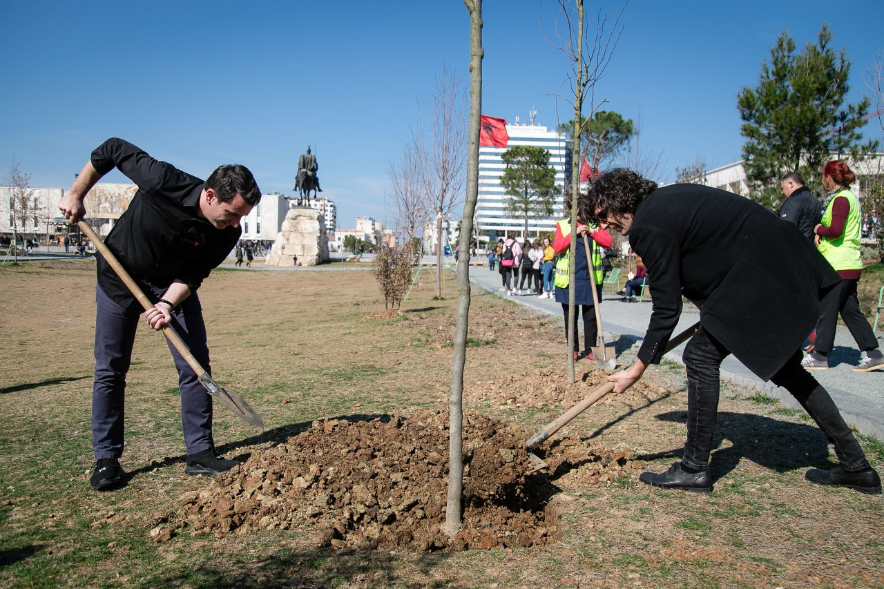 Kantautori shqiptar Ermal Meta mbjell pemë para koncertit