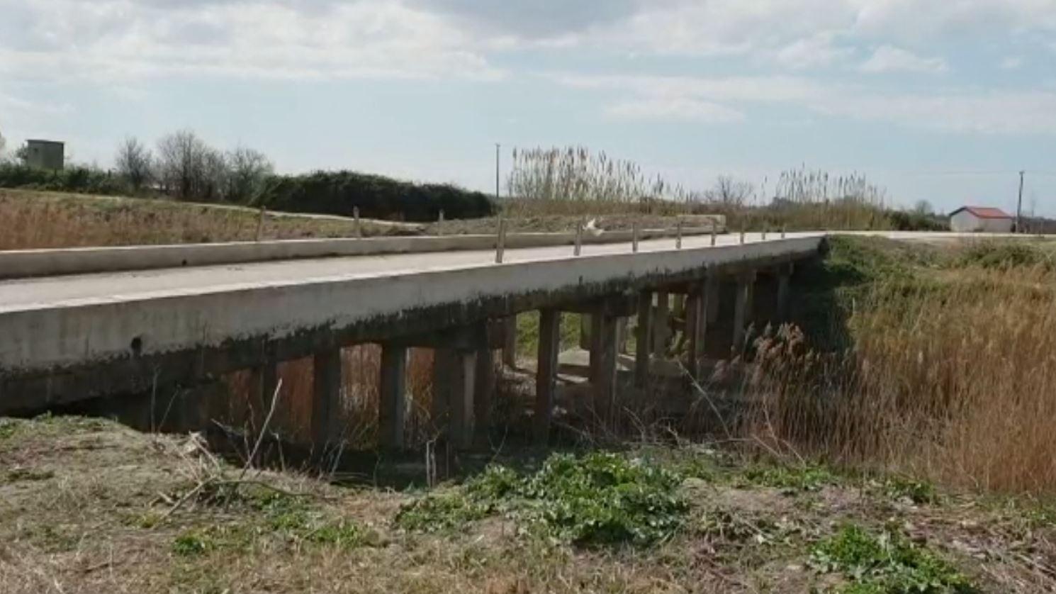 Ura e rrezikshme në Fier, asnjë masë për parandalimin e aksidenteve