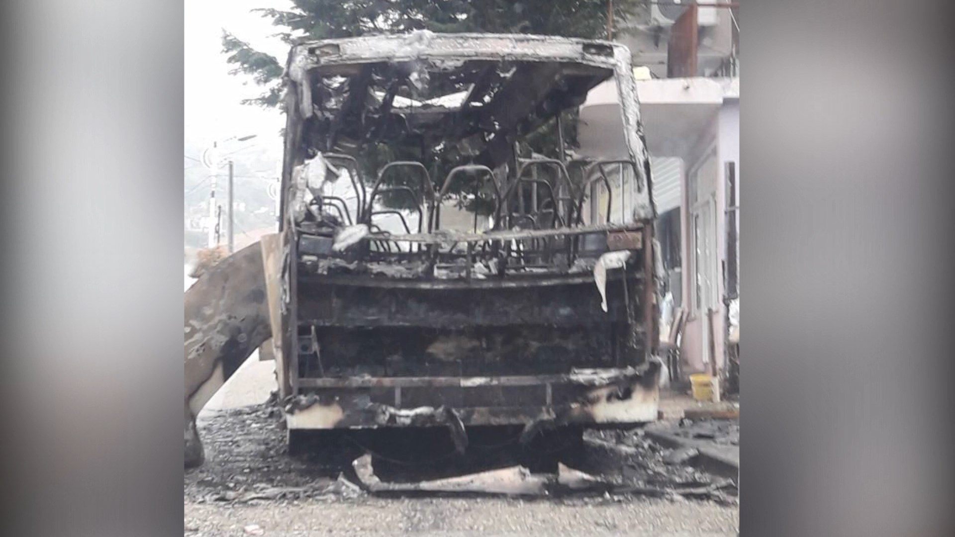 Arrestohet autori që i vuri flakën autobusit në Konispol