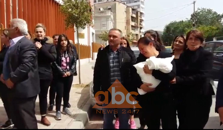 Vdekja e 25 vjeçares në Elbasan/ Lirohen mjekët, protestojnë familjarët