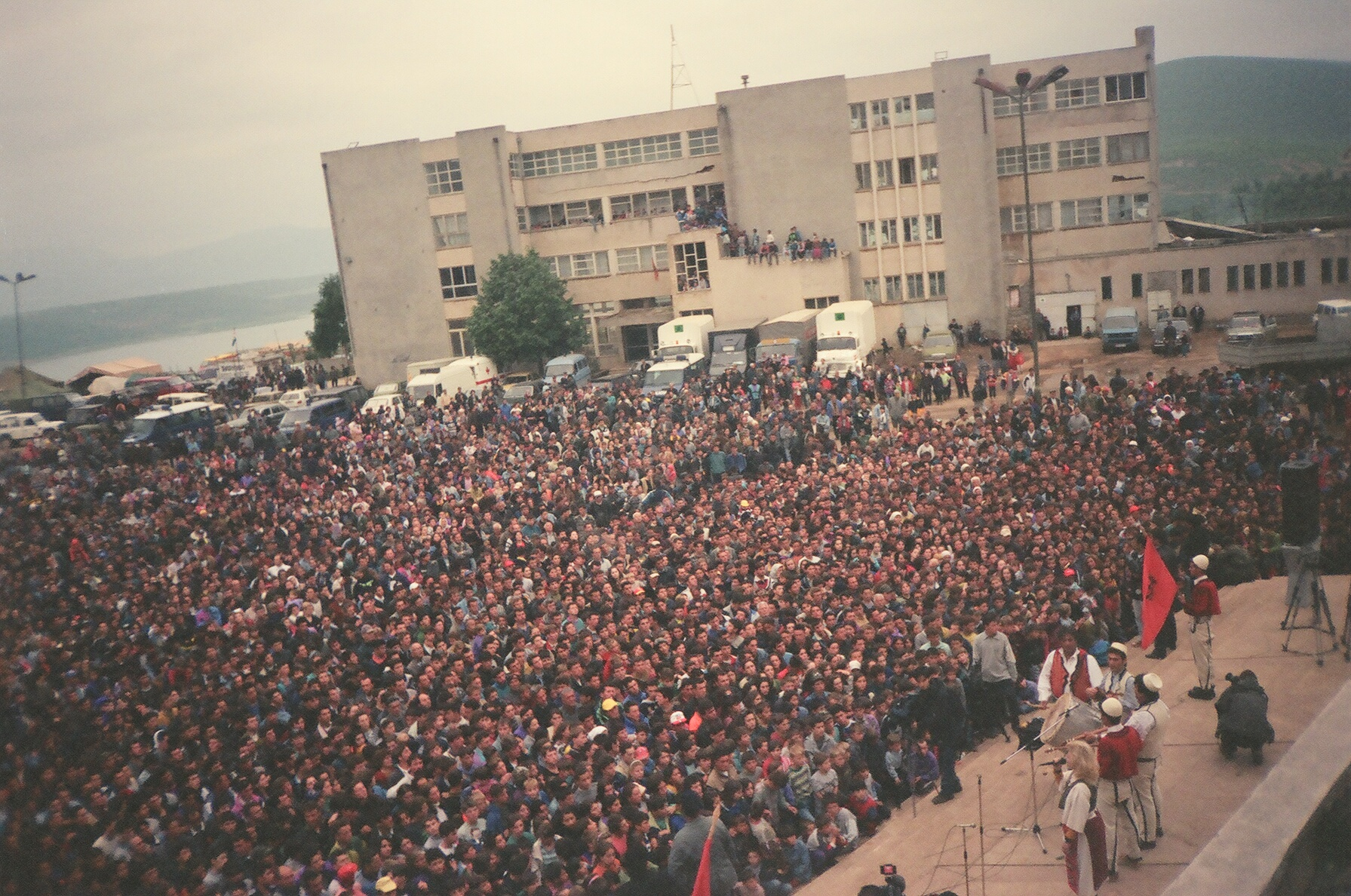 20 vjet nga eksodi, mijëra kosovarë shkojnë në Kukës
