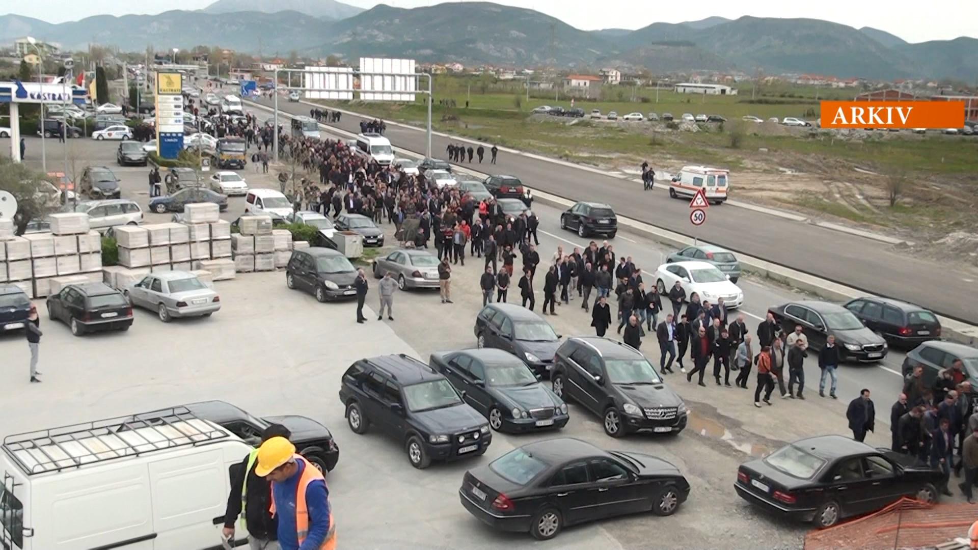 Opozita proteston duke bllokuar pasdite 5 akse kryesore rrugore