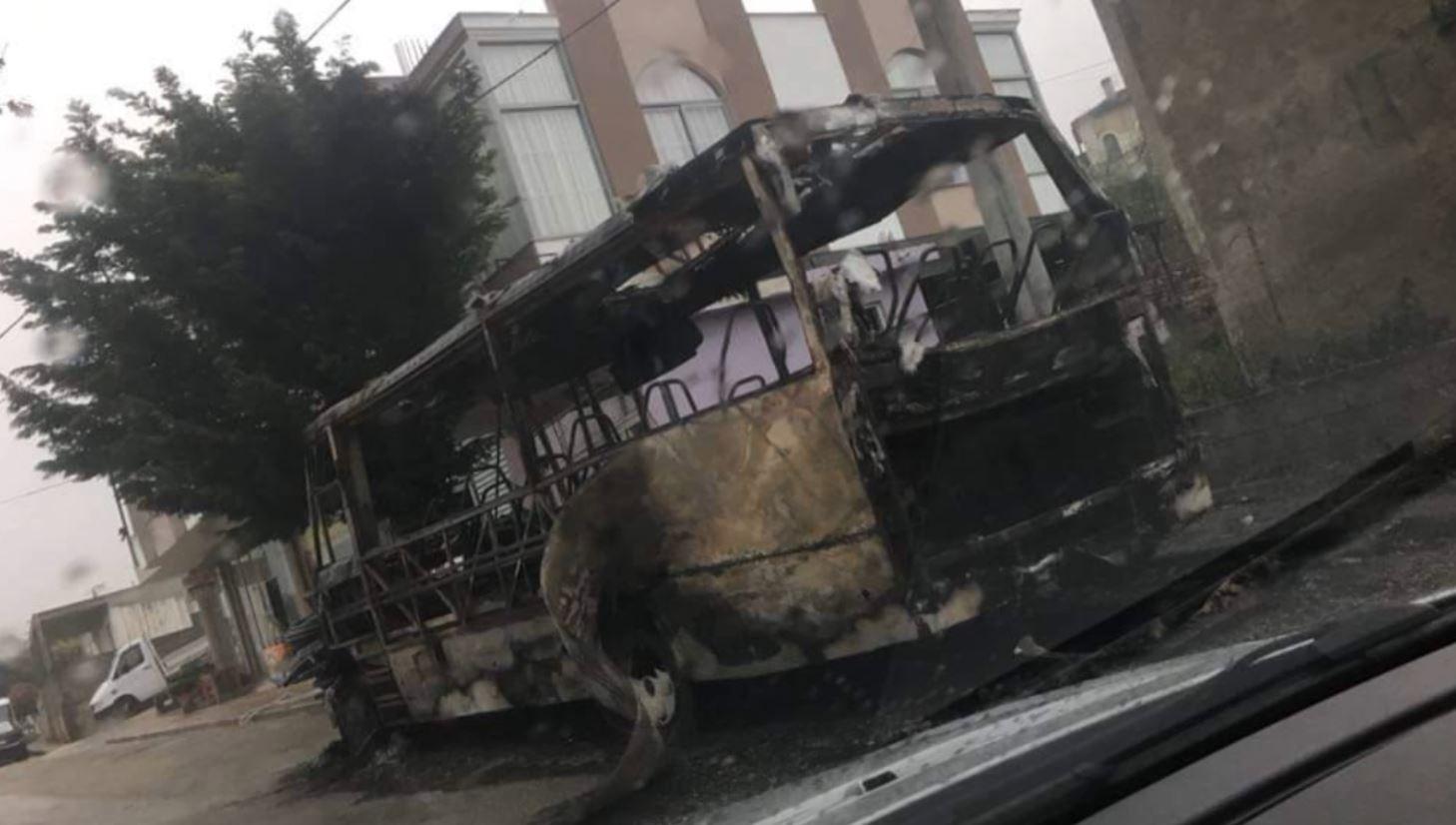 I vënë flakën autobusit të Sarandë