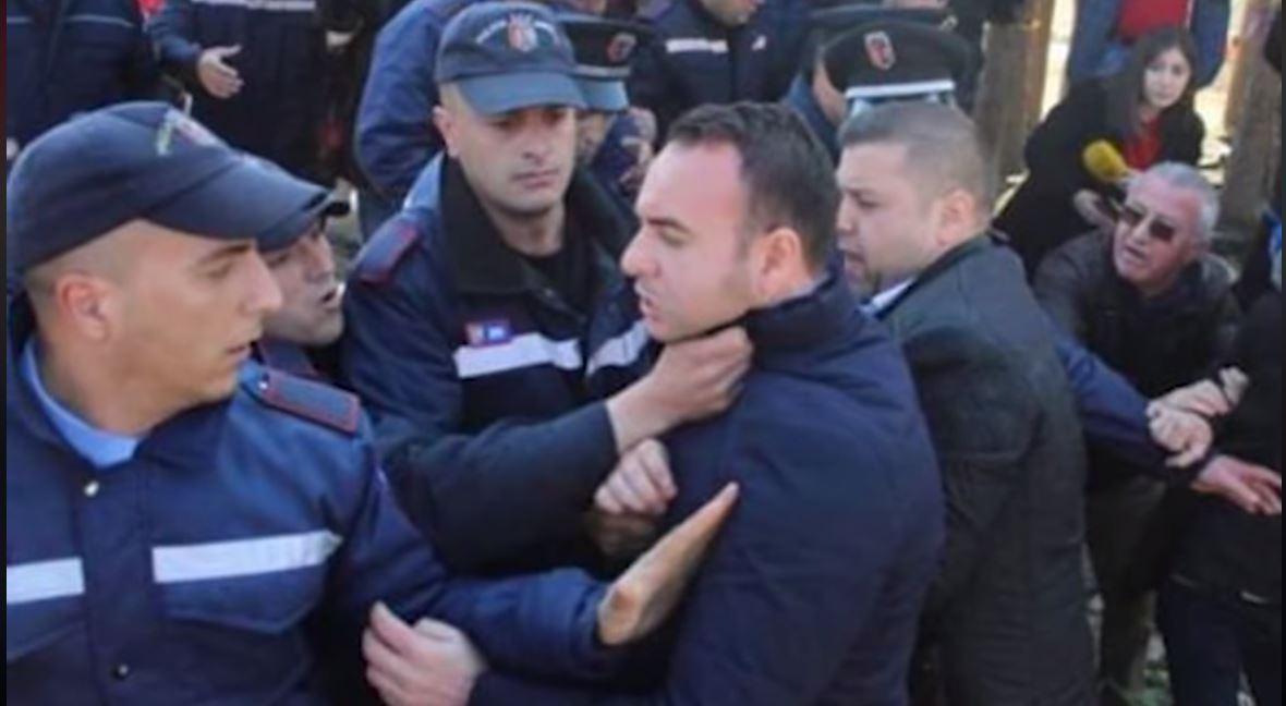 Bregu i Lumit, banorët dhe ish-deputetët, përplasje fizike me policinë