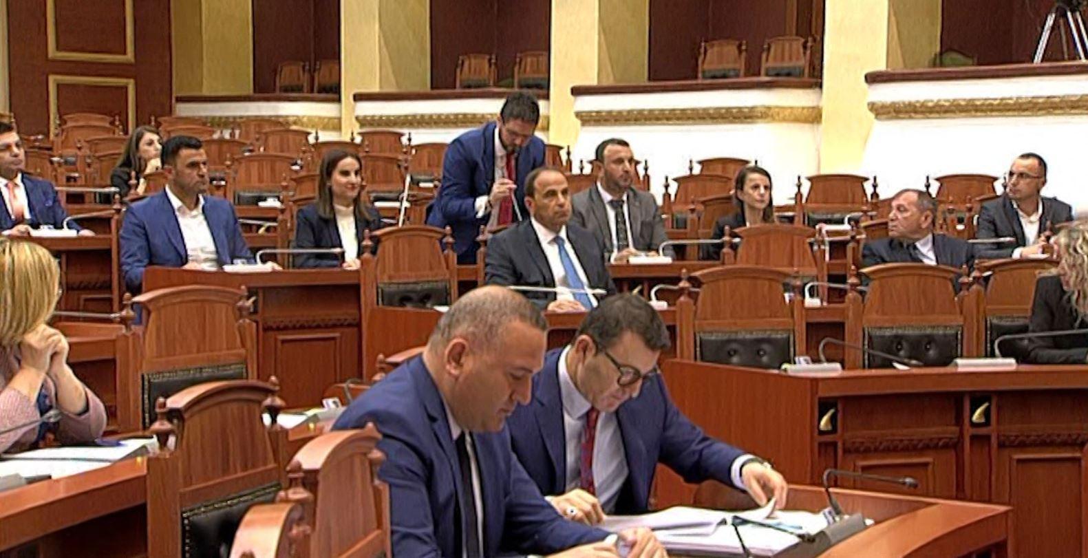 Betohen 6 deputetë të rinj në Kuvend