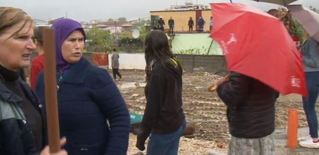 Shembja e banesave te Bulevardi i Ri, banorët përplasen me policinë (video)