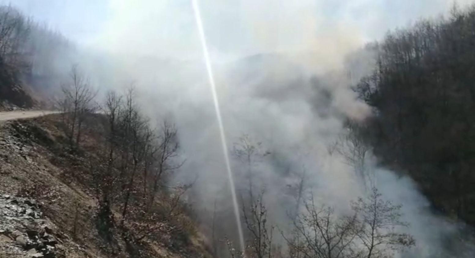 Vatra e zjarrit në Zerqan të Bulqizës ende aktive