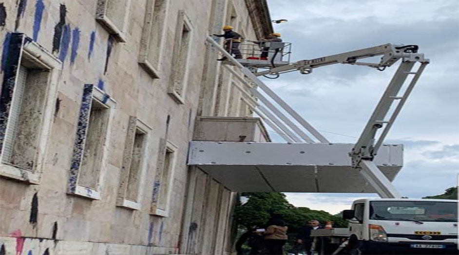 Nis pastrimi i fasadës së Kryeministrisë, Rama: Ata ndot e ne pastro