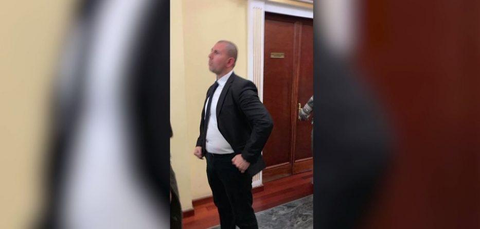 Gardisti dhunon gazetaren në Kryesinë e Kuvendit