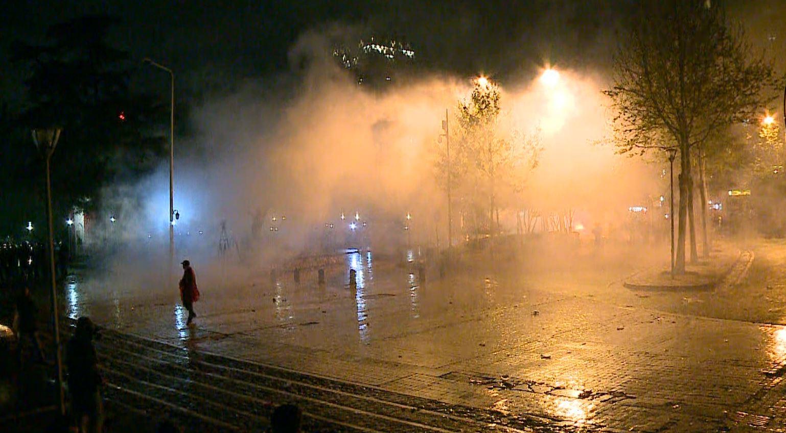 Disa herë gaz lotsjellës ndaj protestuesve tek Kuvendi
