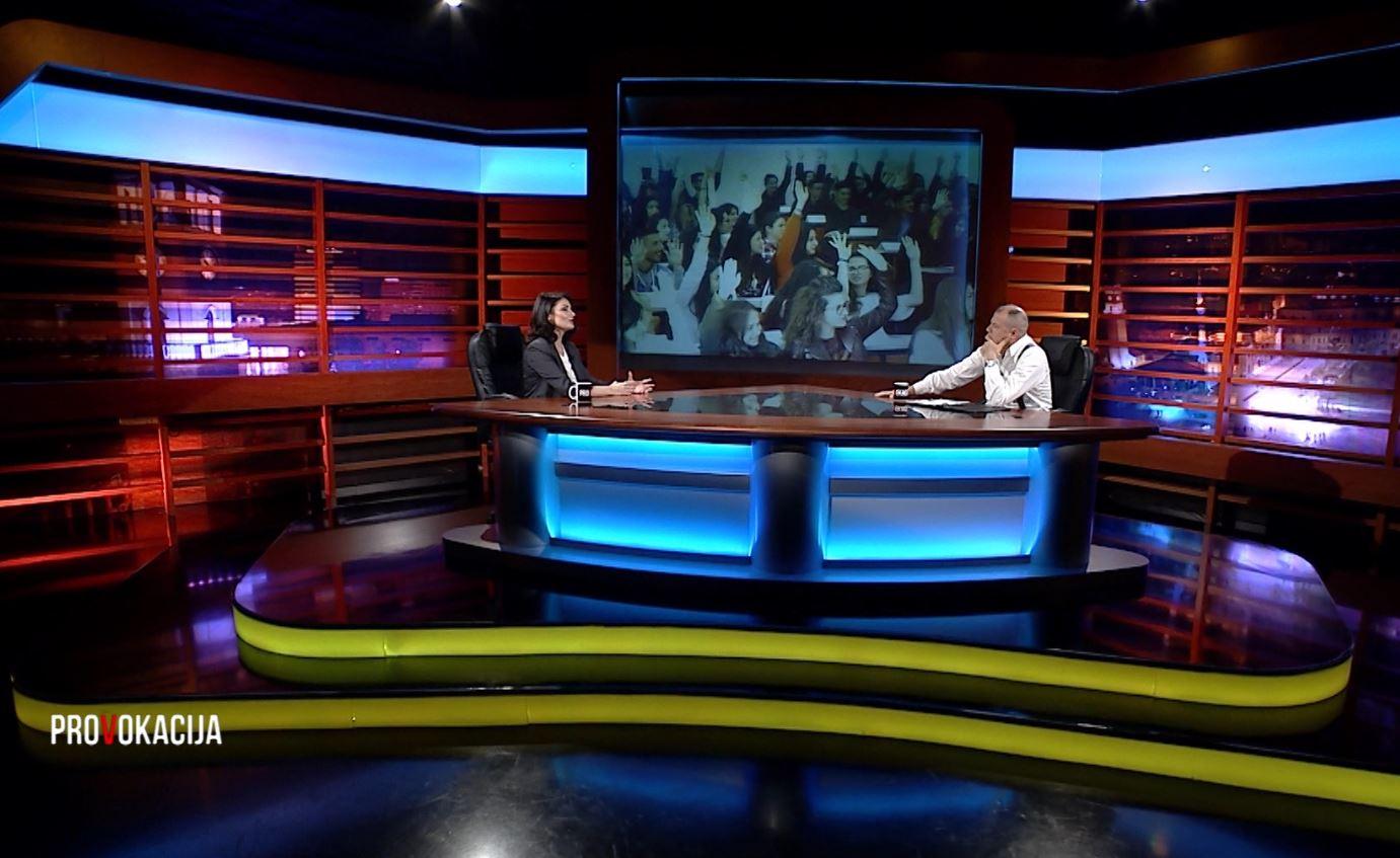 A do ikni nga Shqipëria? Gazetarja: Si u ndjeva kur studentët ngritën duart lart