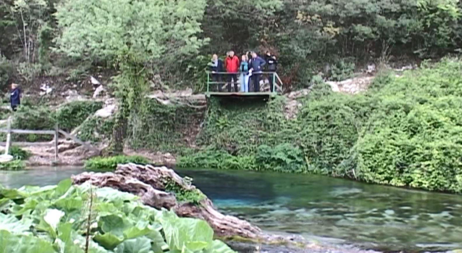 Rrëzohet shkëmbi, plagosen dy turistë grekë tek Syri i Kaltër (Video)