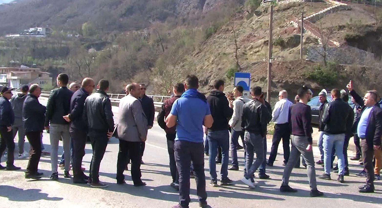 I bllokun rrugën Ramës, shoqërohen në polici disa persona