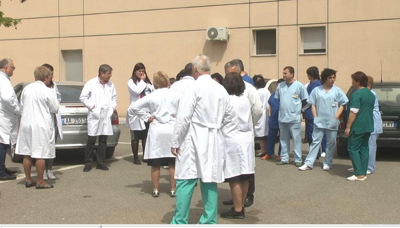 Elbasan, bluzat e bardha në protestë për kolegët