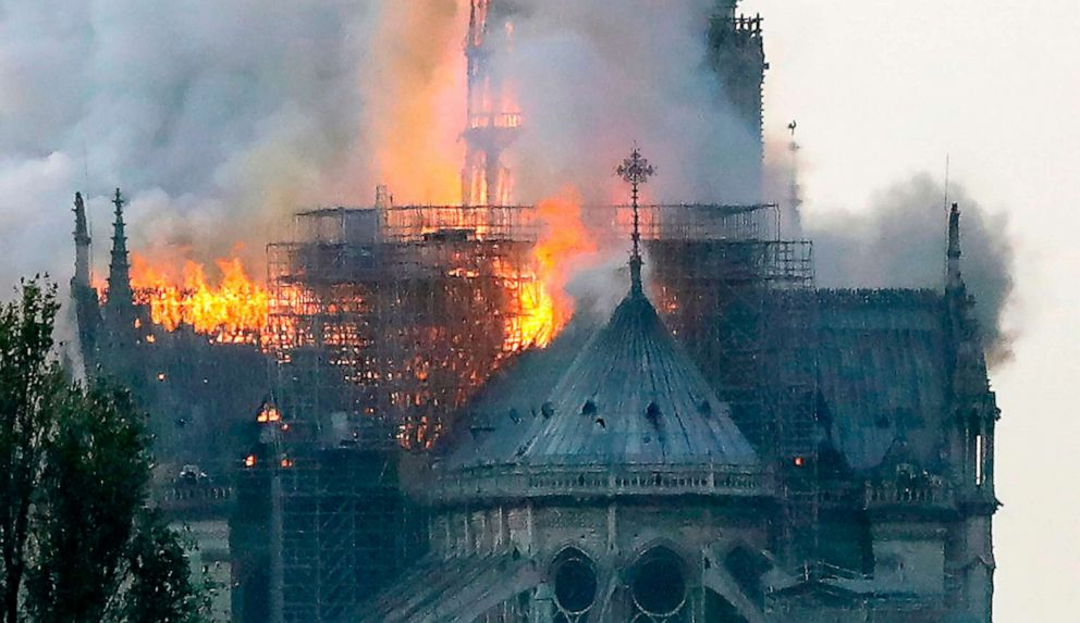 Zjarri në Notre Dame, punëtorët pinin duhan në kantierin e punës