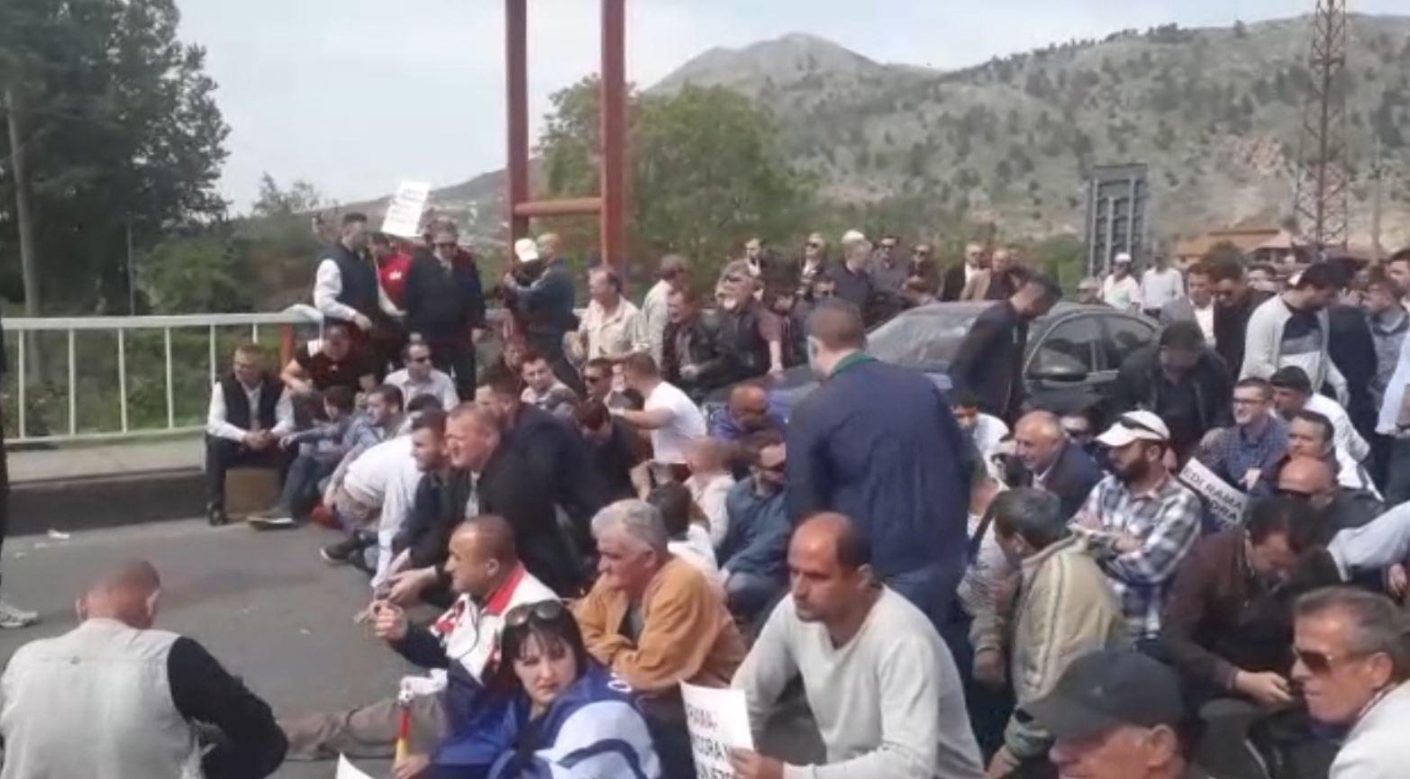 Opozita zgjeron hartën e bllokimit të rrugëve