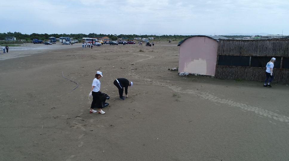 ABI Bank mbështet aksionin e pastrimit të plazhit të Darëzezës