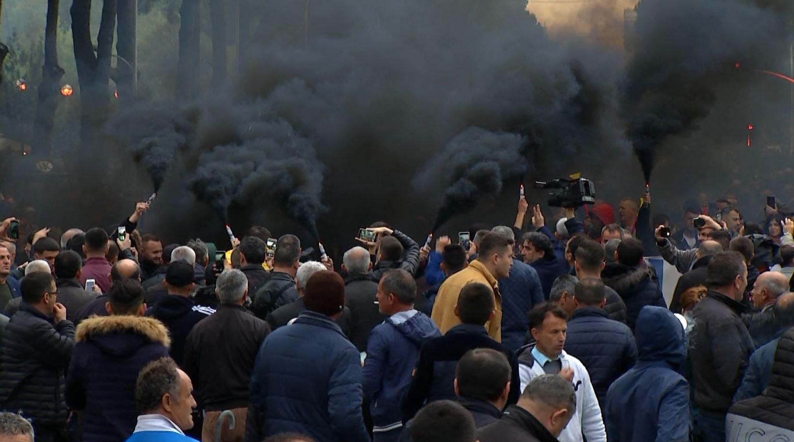"""Opozita 4 orë në protestën e radhës """"Rama ik"""" (Video)"""